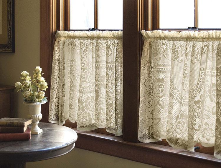 Короткие кружевные занавески на деревянном окне