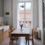 Светлый интерьер кухни с большим окном