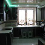 Темный гарнитур в кухне панельного дома