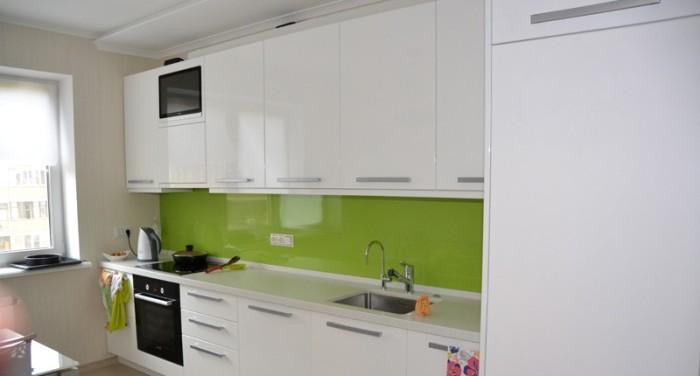 Зеленый фартук на кухне.