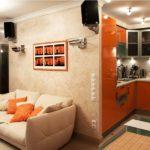 оранжевый гарнитур в маленькой кухне-гостиной