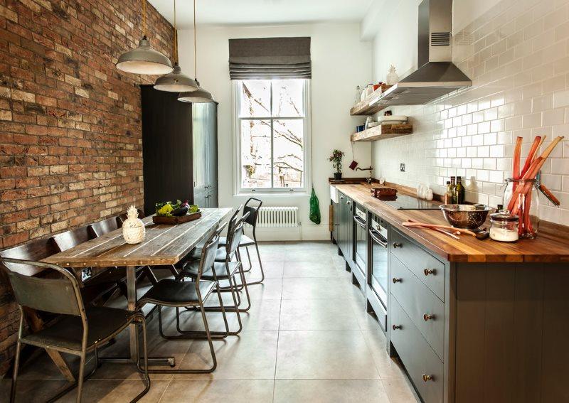 Кирпичная стена в кухне-гостиной площадью в 17 квадратов