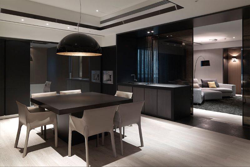 Дизайн кухни в стиле хай тек с удобными стульями