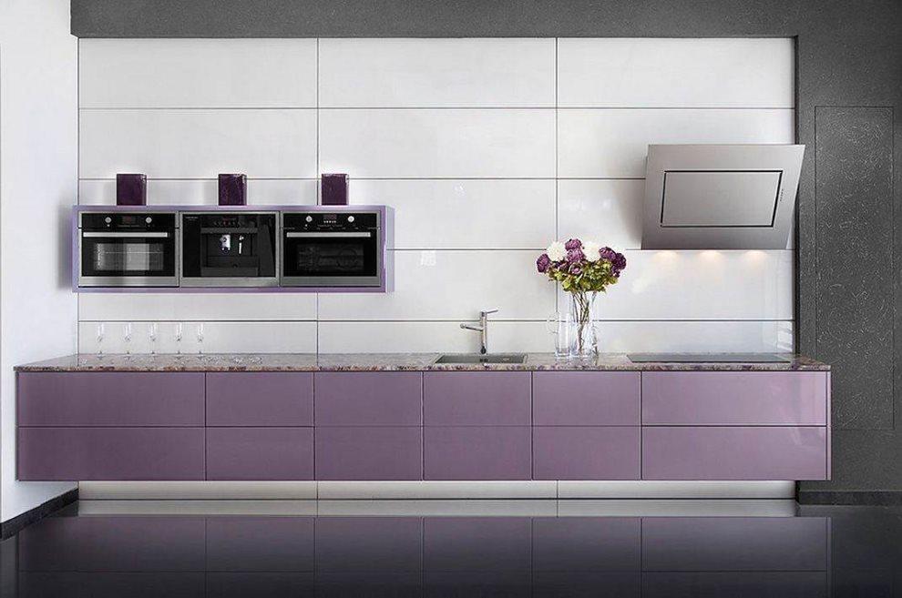 Линейная кухня в стиле хай-тек с фиолетовыми тумбами