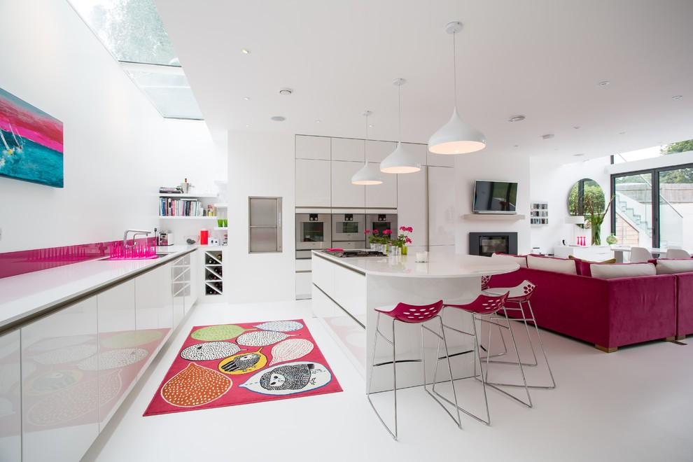 Яркие малиновые акценты в кухне-студии стиля хай тек
