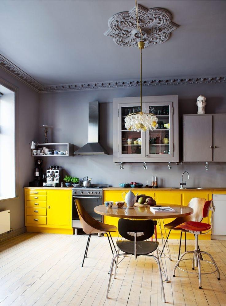 Желто серая кухня в загородном доме