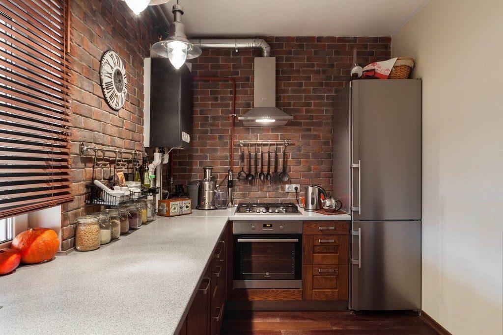 небольшая кухня в стиле лофта с кирпичной стеной