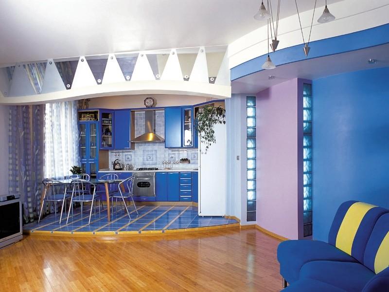 Синий цвет в интерьере кухни-гостиной с подиумом