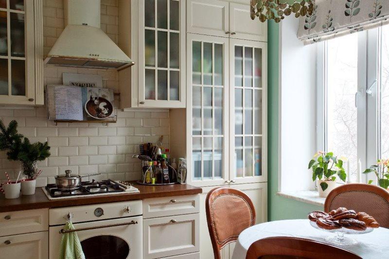 Светлый гарнитур в стиле прованс на кухне панельного дома