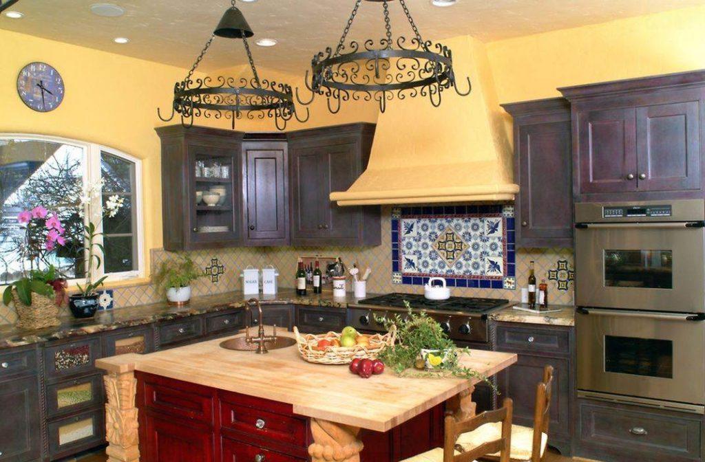 Светлая стена песочного цвета на кухне в стиле прованса