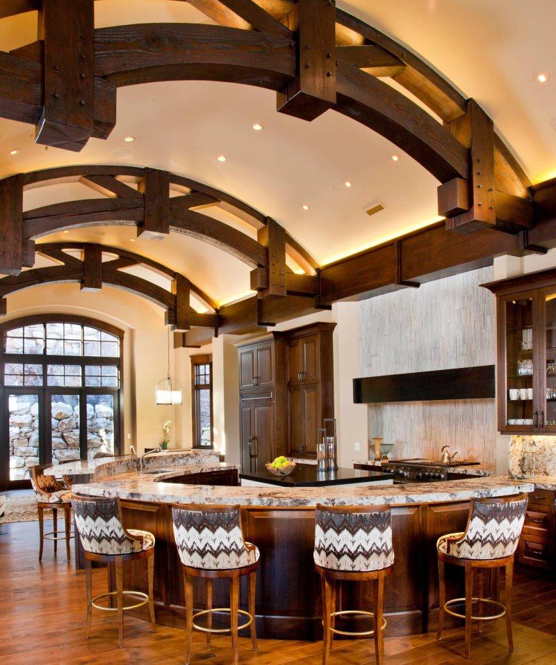 Деревянные конструкции на гипсокартоном потолке кухни