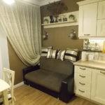 Небольшой диванчик около кухонного окна
