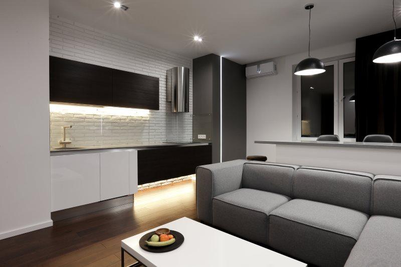 Интерьер кухни хай-тек с серым диваном