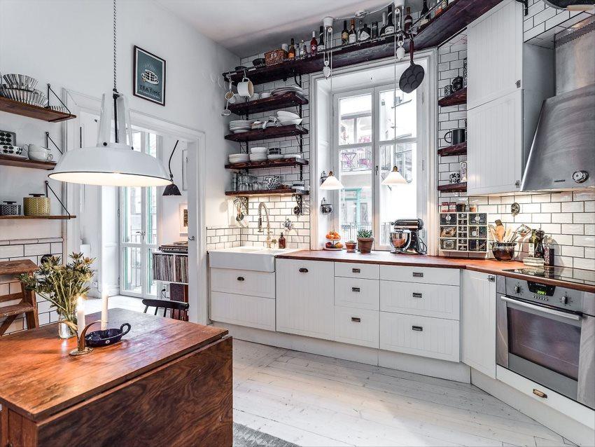 Открытые полки с кухонной утварью в светлой кухне