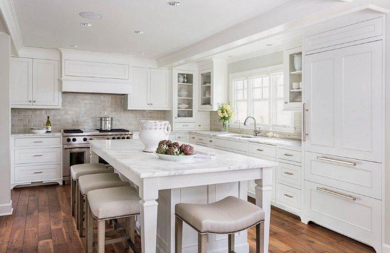 Белая кухня с классической мебелью из дерева