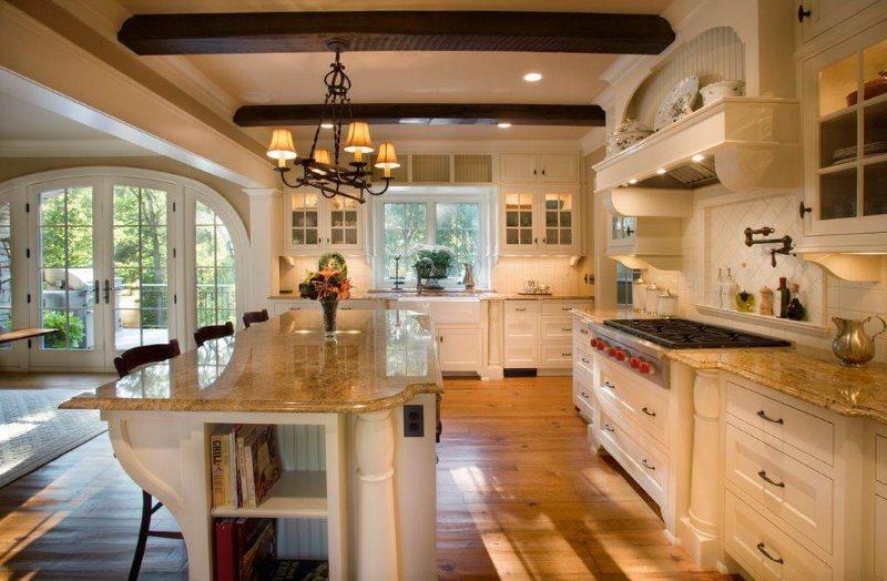 Просторная кухня частного дома в стиле классики