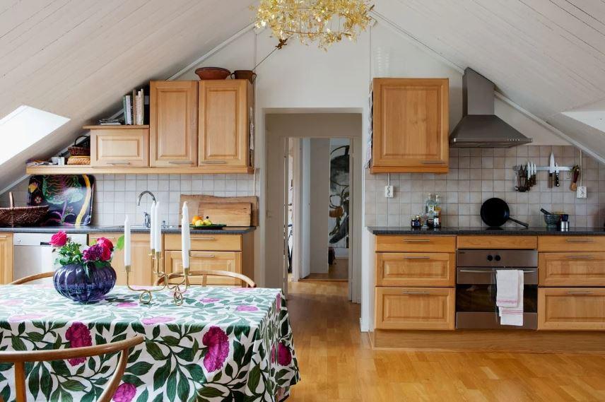 Интерьер кухни в мансардном помещении