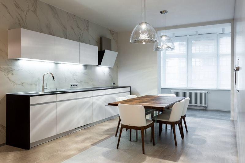 Линейная кухня в стиле минимализма с обеденной зоной