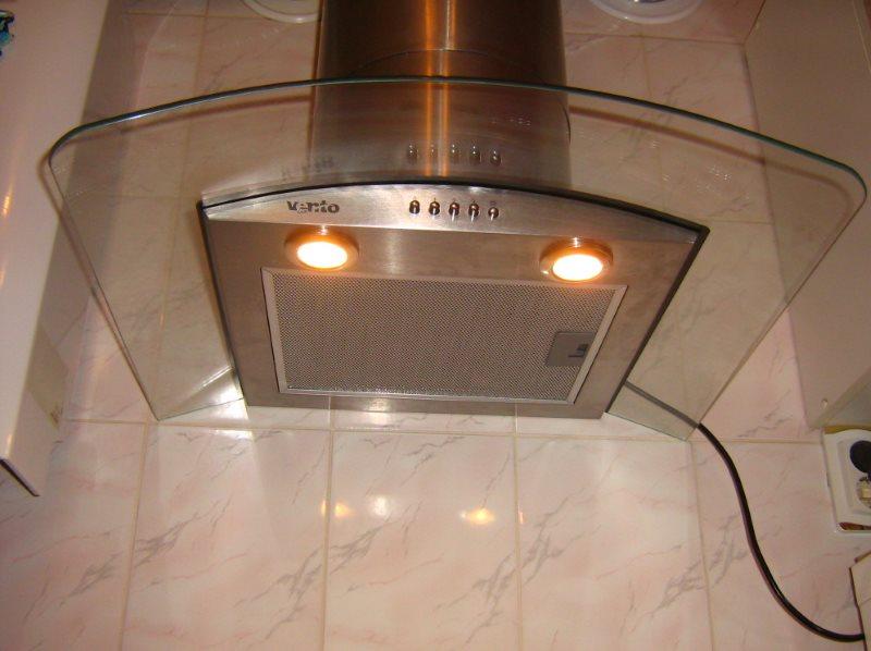 Кухонная вытяжка со встроенными светильниками