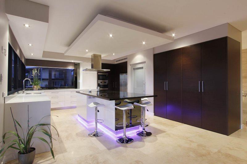 Гипсокартоная конструкция над кухонным островом