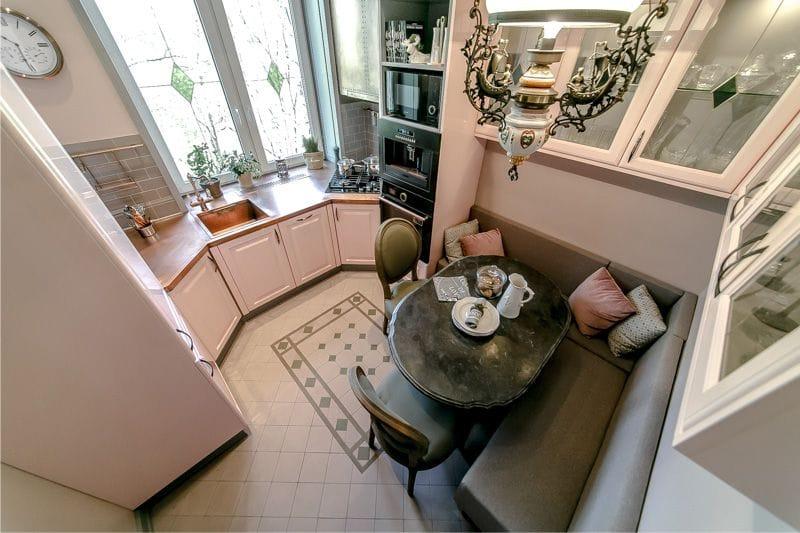 Вид сверху на мягкий уголок в компактной кухне