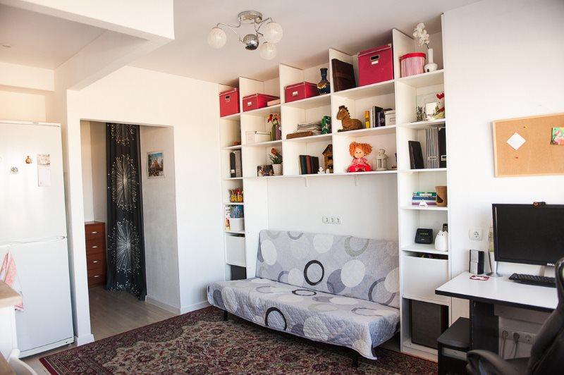 Раскладной диван в кухне-гостиной скандинавского стиля