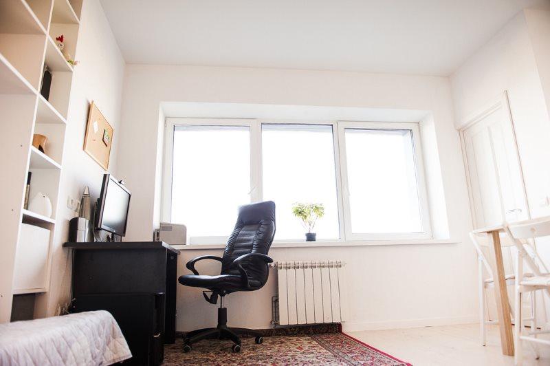 Оформление окна без штор в скандинавской кухне-гостиной