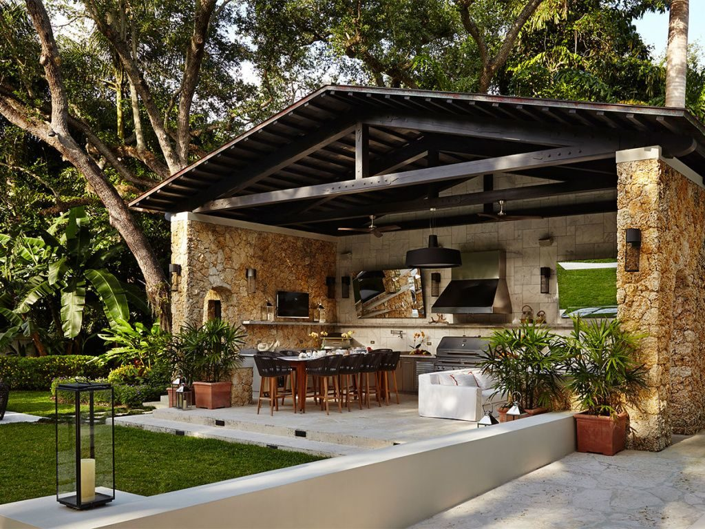 Летняя кухня капитального типа под деревьями