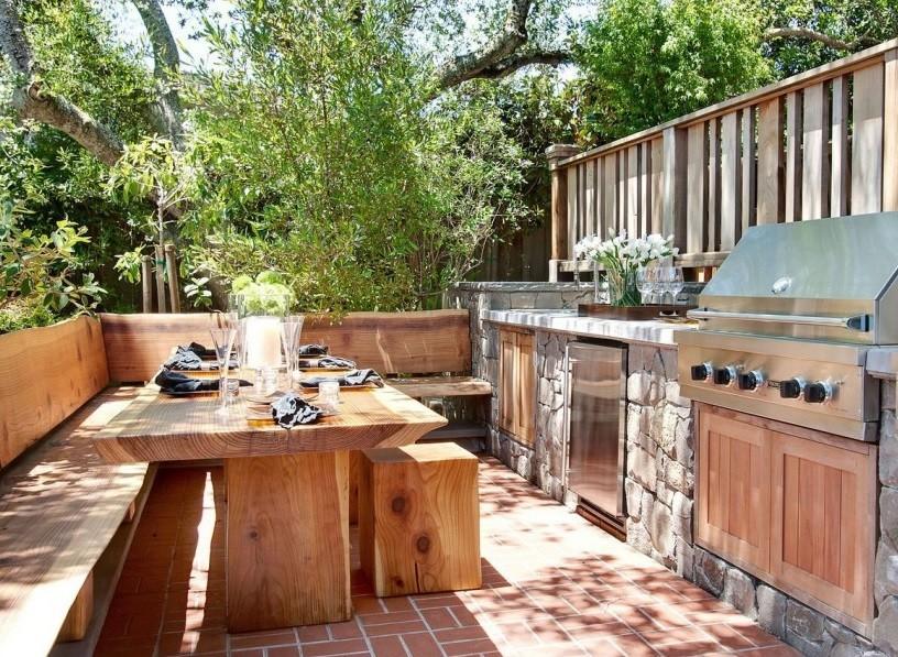 Открытая летняя кухня под кронами высоких деревьев