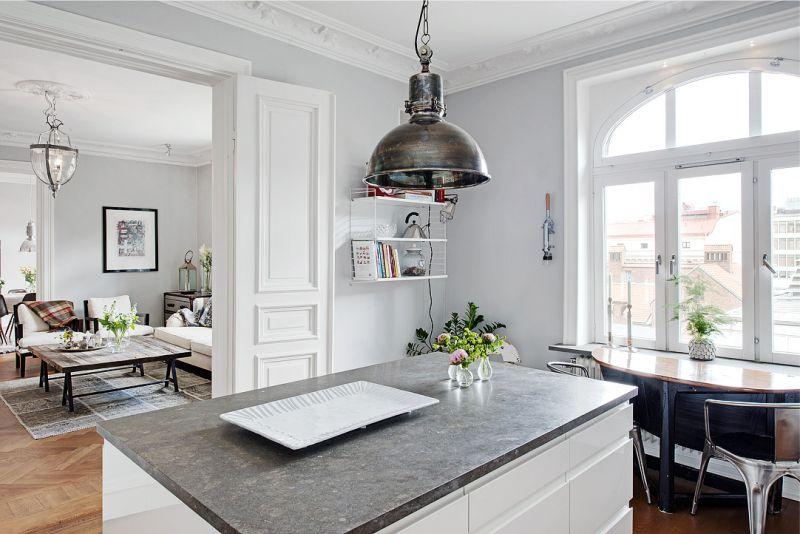 Потолочный светильник над кухонным островом небольшого размера