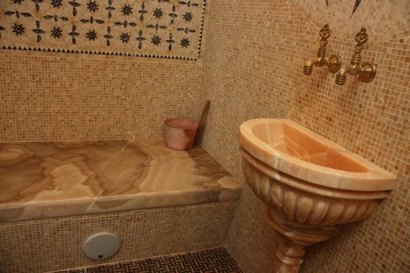 Мраморная курна в ванной турецкого стиля