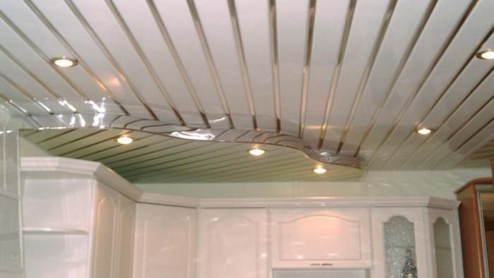 Реечный потолок на кухне.