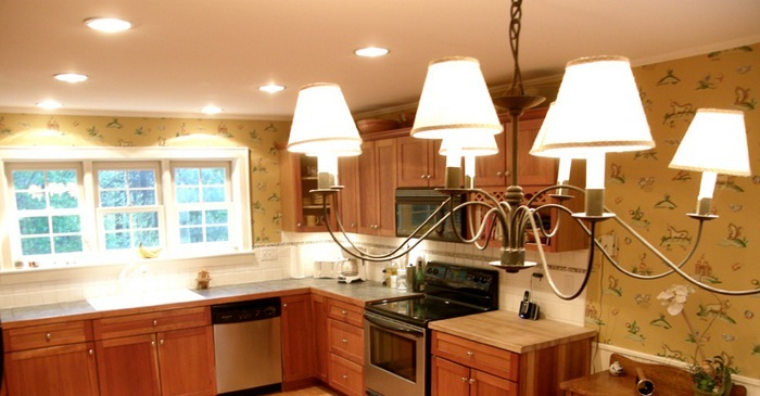 Большая люстра на кухне.