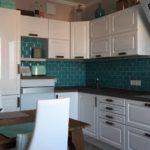 Бирюзовый фартук в маленькой кухне
