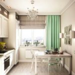 Серая римская штора и прямая зеленая занавеска