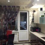 Цветной тюль на кухонном окне
