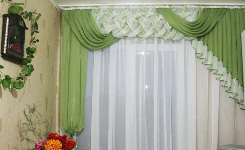 Зеленые шторы с буфами на окне кухни