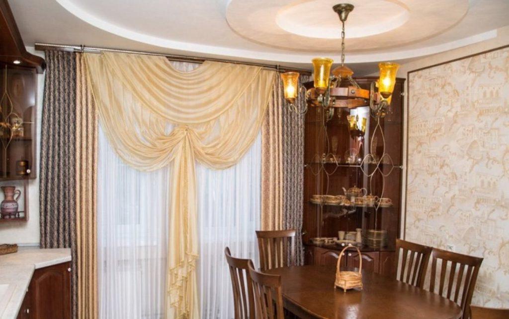 Декорирование окна кухни ламбрекеном из органзы