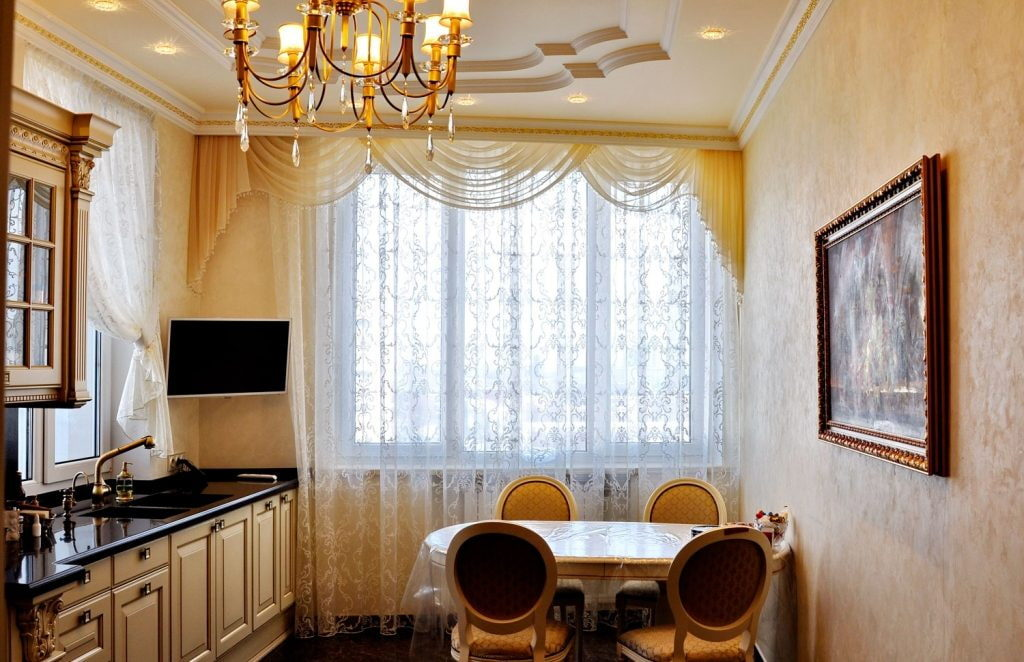 Ламбрекен из полупрозрачной вуали в кухне классического стиля