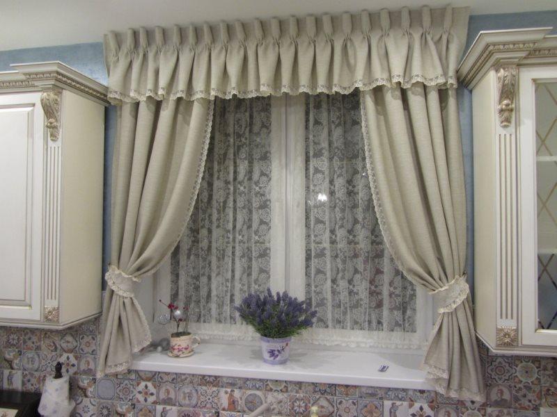Ламбрекен с короткими шторами в классической кухне