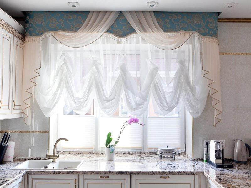 Кухонное окно с комбинированным ламбрекеном