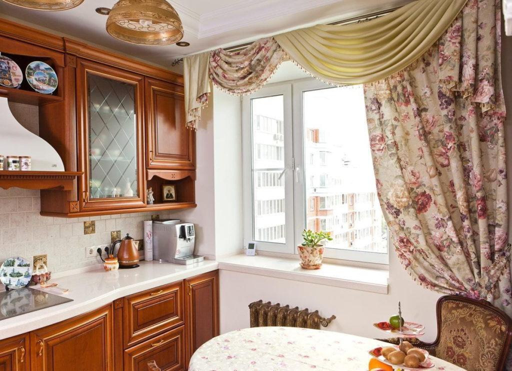 Окно кухни в классическом стиле с ламбрекеном