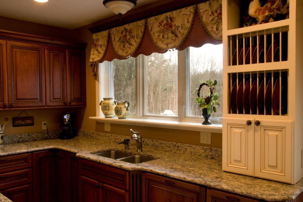 Короткий ламбрекен над кухонной мойкой
