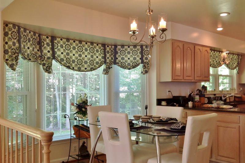 Оформление окна кухни с помощью ламбрекена