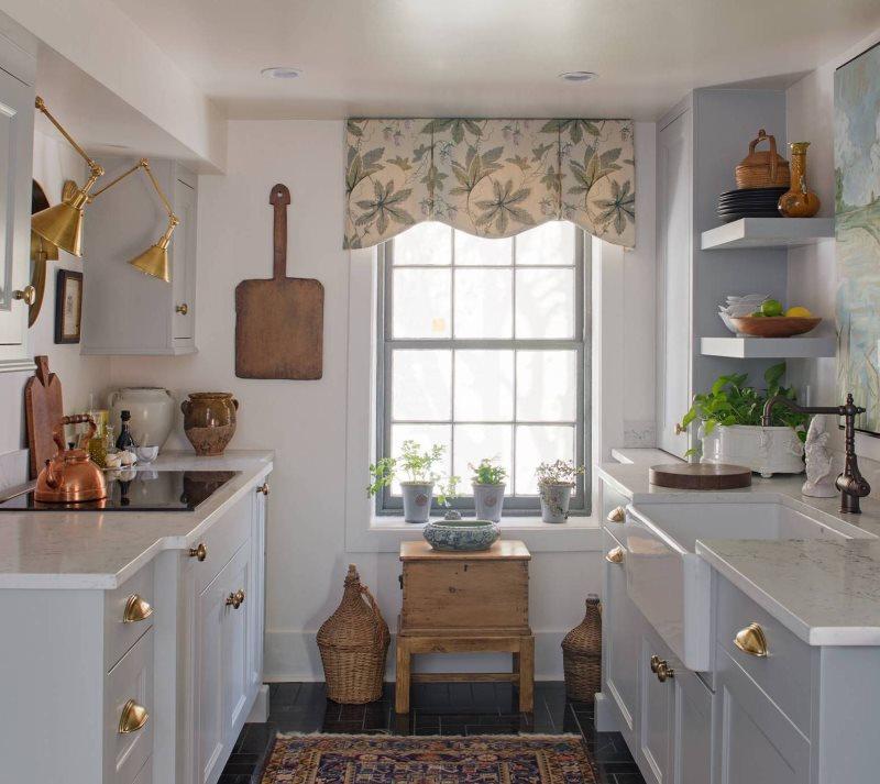 Жесткий ламбрекен на узком окне кухни в частном доме