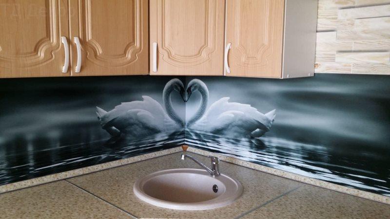 Пластиковый фартук над круглой кухонной мойкой