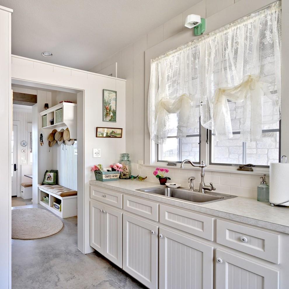 Полупрозрачная штора из белого тюля на кухонном окне