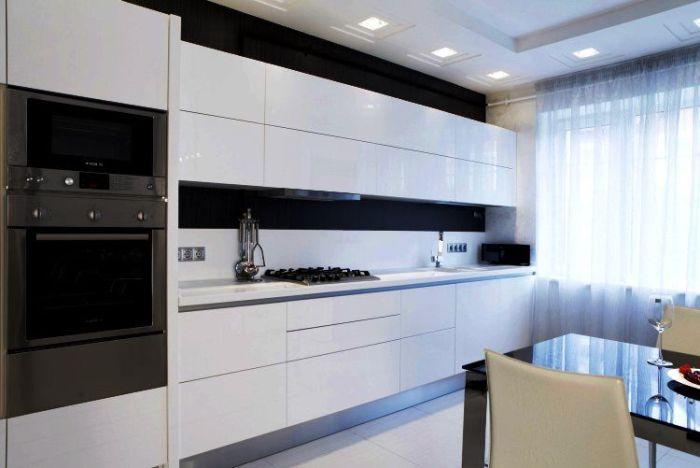 Линейный гарнитур в маленькой кухне.