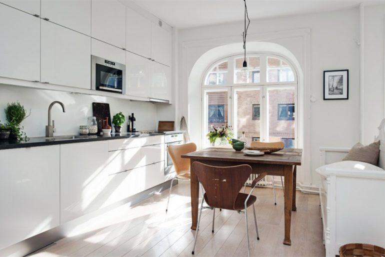 Светлая кухня-гостиная площадью 17 кв м с линейной планировкой