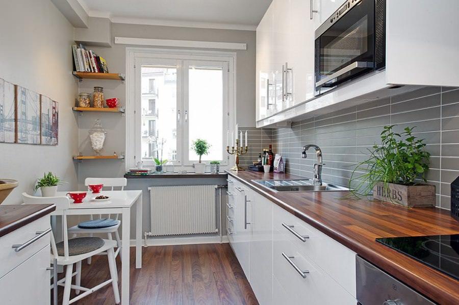 Открытые полочки возле окна в узкой кухне